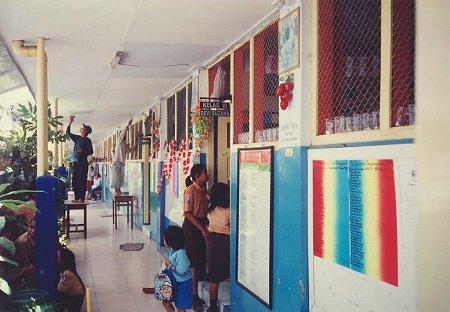 De laatste hand wordt gelegd aan de renovatie op de Indriyasanaschool te Sukun.