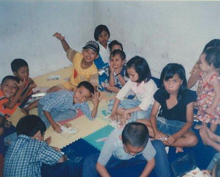 Een groep kinderen uit Sukun heeft een leuke eerste januari op het kantoor van Suvono, Rumah Impuls.