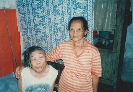 De 80-jarige moeder van Tien werkt geeft massages om haar kind en zichzelf in leven te houden.