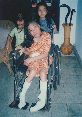 De zwaar gehandicapte Tien   krijgt een rolstoel in bruikleen van de stichting.