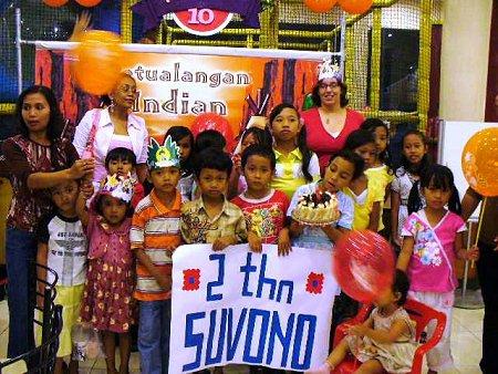 Een groep kinderen met enkele vrijwilligers bij de KFC om tekeningen te maken en natuurlijk ook een lekker hapje naar binnen te werken.