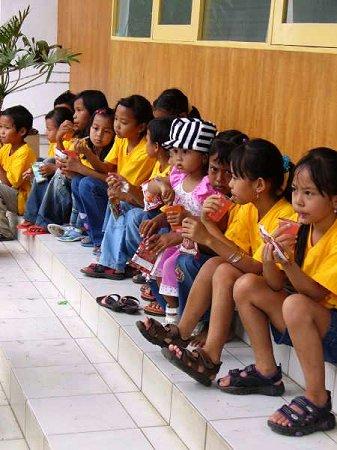Uiteraard krijgen de kinderen ook een hapje en een drankje van Stichting Suvono.