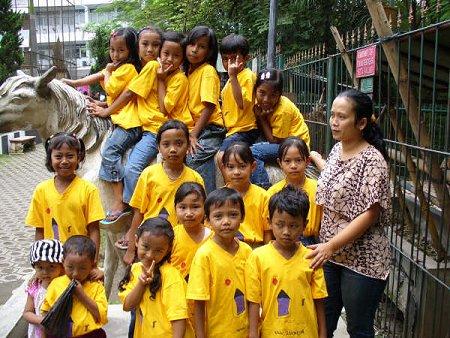 Pipiet met alle kinderen in het kleine dierenparkje midden in de stad.