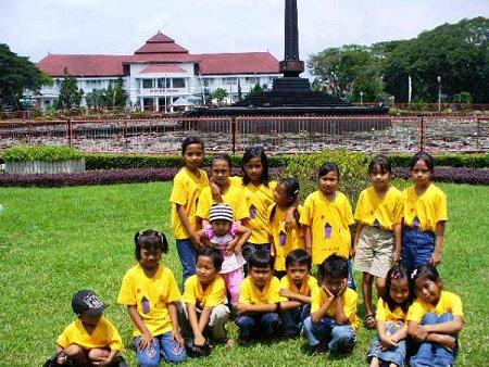 De kinderen voor het stadhuis van Malang, voor zover we weten heeft er nog geen een aspiraties hier later zijn intrek te nemen.
