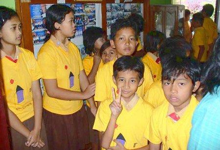 Kinderen wachten ongeduldig op hun wereld-shirt.