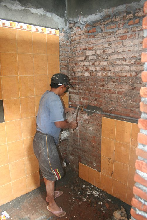 Foto 39 s augustus 2007 verbouwing rumah impuls in volle gang 4 - Betegelen van natuurstenen badkamer ...